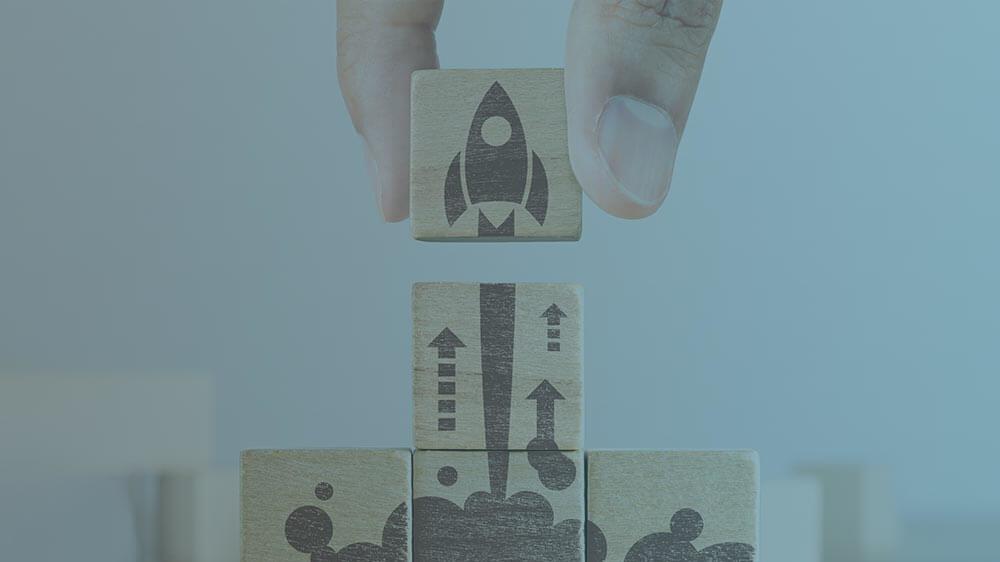 Klötze mit startender Rakete